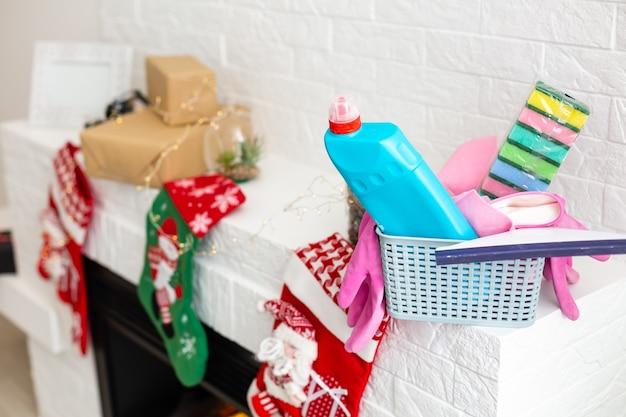 Różne narzędzia do sprzątania w kuchni na tle świąt