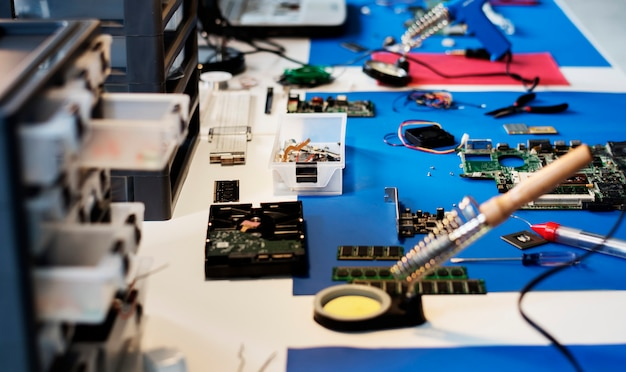 Różne narzędzia elektroniczne na stole