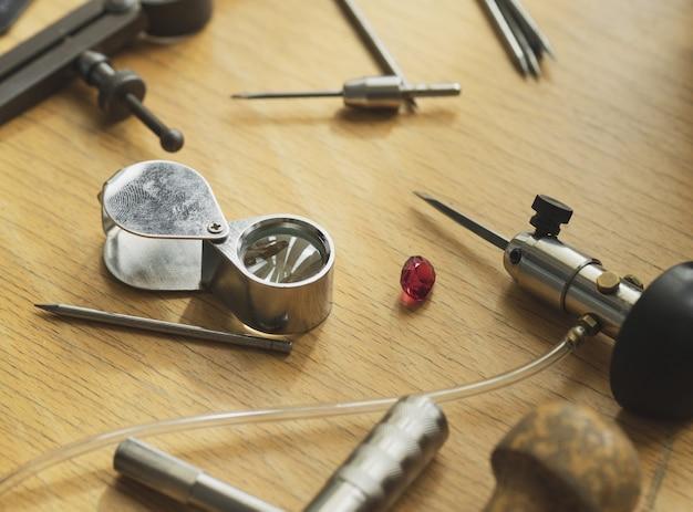 Różne narzędzia jubilerskie na drewnianym stole