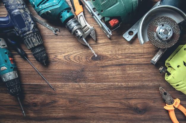 Różne narzędzia na drewnianym biurku