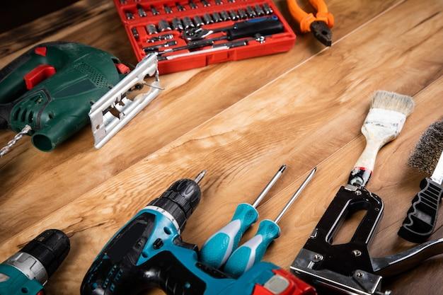 Różne narzędzia na tle drewniany stół