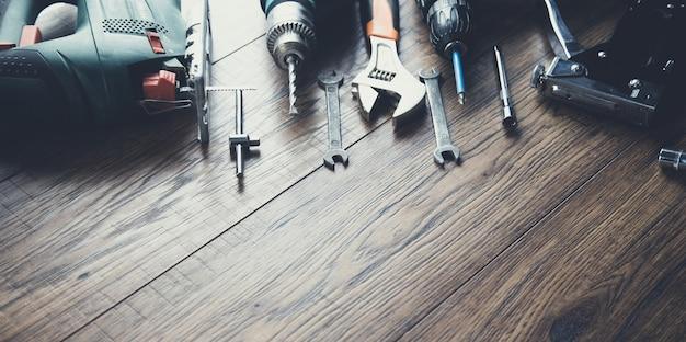 Różne narzędzia robocze na tle tabeli