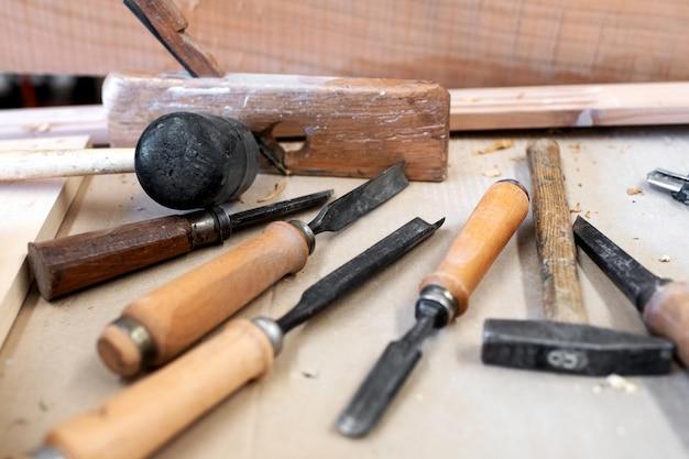 Różne narzędzia stolarzy na stole warsztatowym