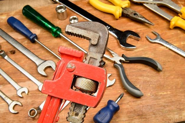 Różne narzędzia z drewna grunge używane przez pracownika