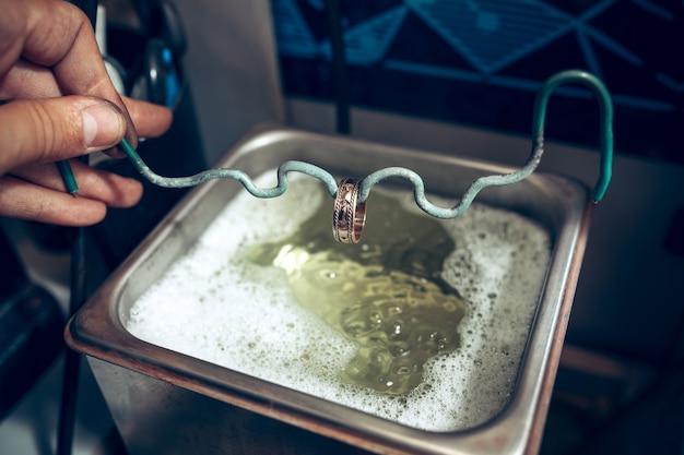 Różne narzędzia złotnicze w miejscu pracy biżuterii. jubiler przy pracy w jubilerstwie. pulpit do tworzenia biżuterii rzemieślniczej za pomocą profesjonalnych narzędzi. zamknij widok narzędzi.
