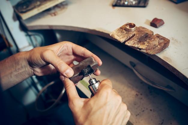 Różne narzędzia złotnicze w miejscu pracy z biżuterią. jubiler w pracy w biżuterii.