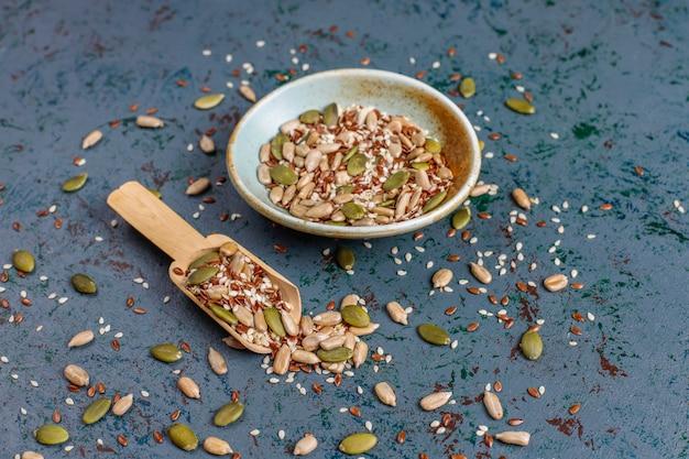 Różne nasiona - sezam, siemię lniane, nasiona słonecznika, nasiona dyni do sałatek.