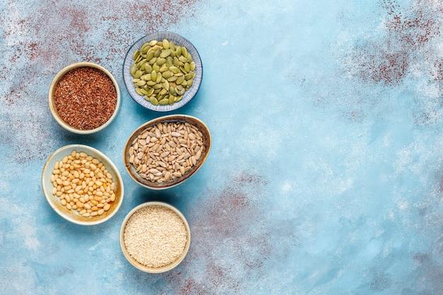 Różne nasiona - sezam, siemię lniane, pestki słonecznika, pestki dyni do sałatek.