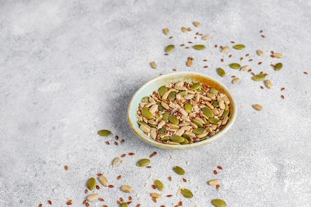 Różne nasiona - sezam, siemię lniane