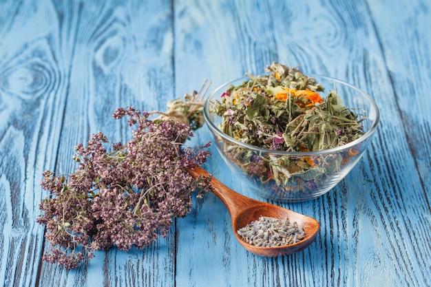 Różne naturalne suszone zioła medyczne