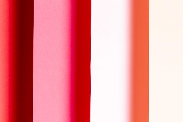 Różne odcienie czerwonych papierów z bliska