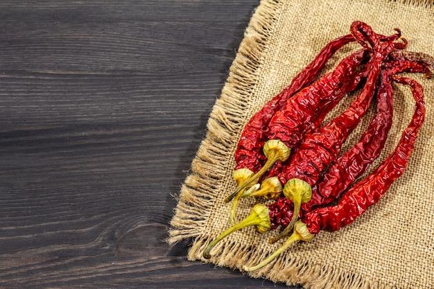 Różne odmiany suchej ostrej papryki