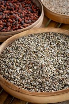 Różne odmiany ziaren kawy luwak na plantacji, bali, indonezja