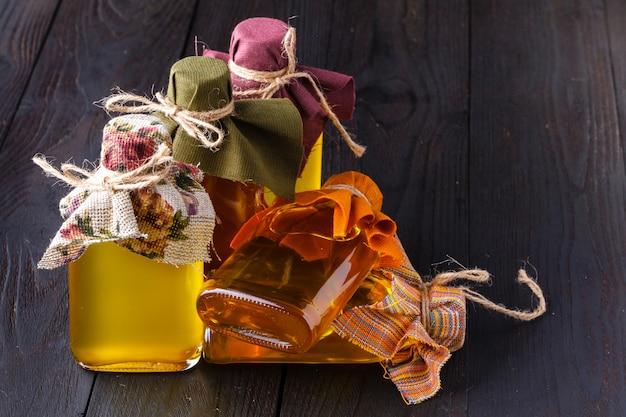 Różne oleje kulinarne w szklanej fiolce na drewnie