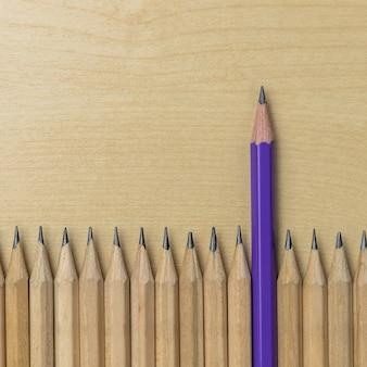 Różne ołówek wyróżniające się koncepcja przywództwa.