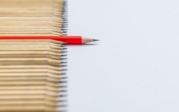 Różne ołówek wyróżniające się przedstawienie koncepcji przywództwa.