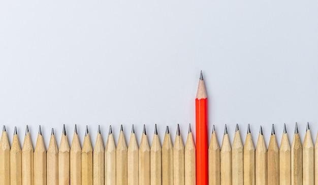 Różne ołówkowe wyróżniające się przedstawienie koncepcji przywództwa.