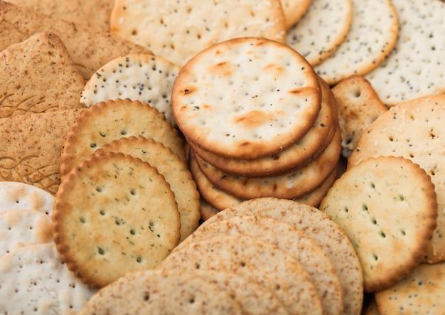 Różne organiczne chrupiące krakersy pszenne, żytnie i kukurydziane z sezamem i solą. makro