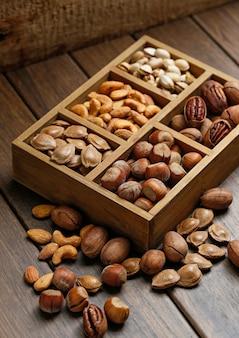 Różne orzechy w drewnianym pudełku