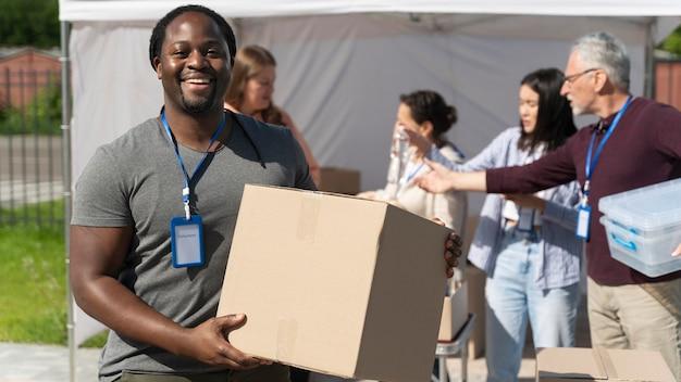 Różne osoby pracujące jako wolontariusze z jedzeniem