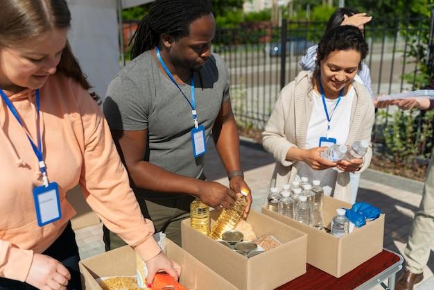 Różne osoby pracujące w ramach wolontariatu