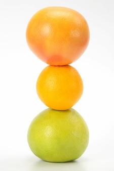 Różne owoce cytrusowe na białym stole