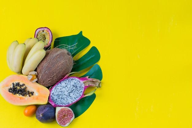 Różne owoce egzotyczne i liść monstera
