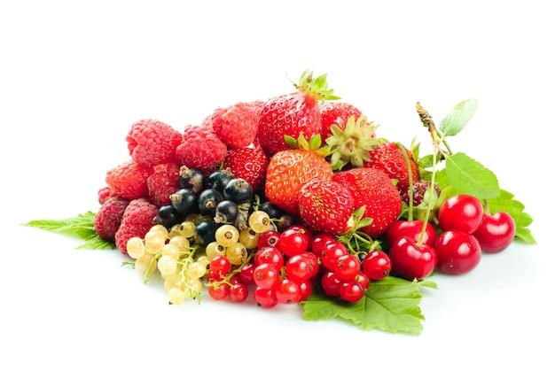 Różne owoce i jagody kupa na białym tle