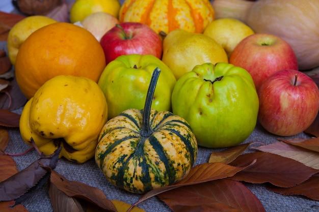 Różne owoce i warzywa w wiklinowym koszu na drewnianym stole