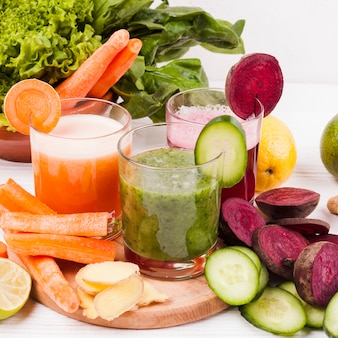 Różne owoce i warzywa z sokiem