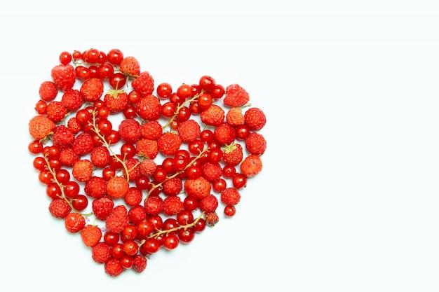 Różne owoce jagodowe w kształcie serca