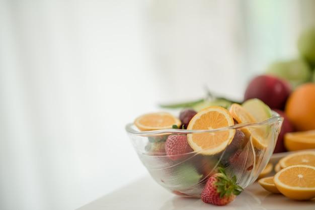 Różne owoce, jedzenie opieki zdrowotnej i zdrowej koncepcji