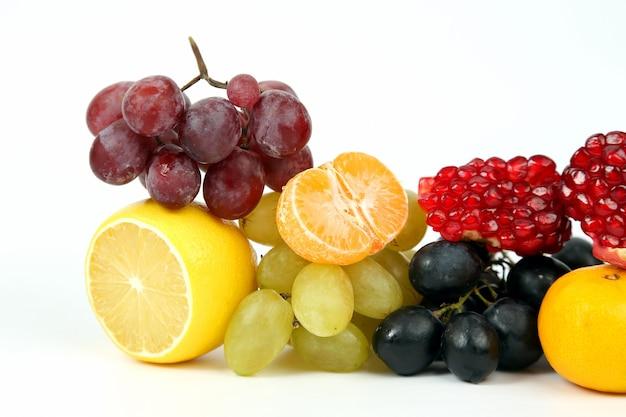 Różne owoce na białym tle