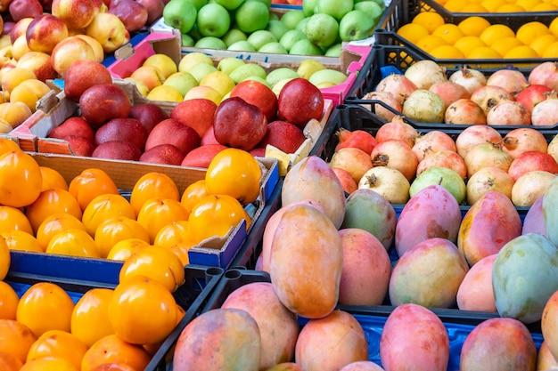 Różne owoce na rynku owoców. zdrowe jedzenie.