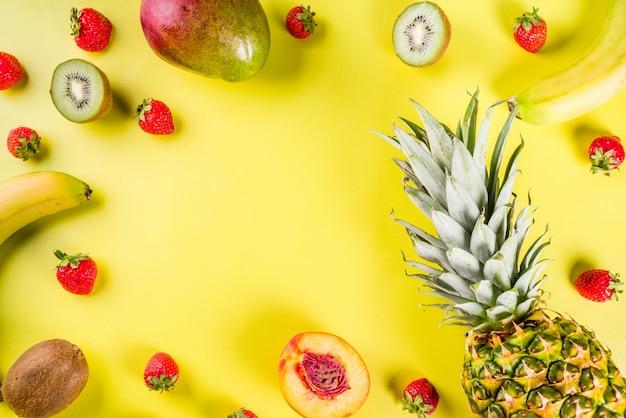 Różne owoce tropikalne w tle