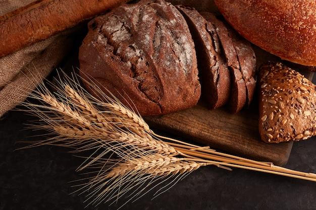 Różne pieczywo i kromki chleba