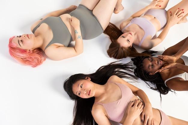 Różne piękne kobiety pokazujące różne rodzaje urody
