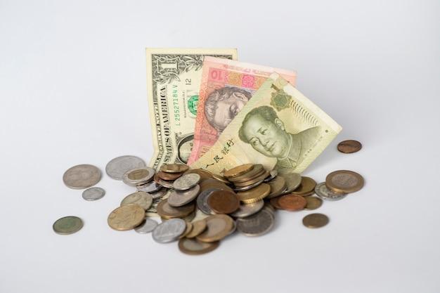 Różne pieniądze. waluta różnych krajów. pieniądz papierowy w dolarach, hrywnach, juanach i różnych monetach