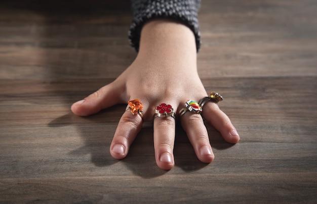 Różne pierścienie na małej dłoni dziewczynki.