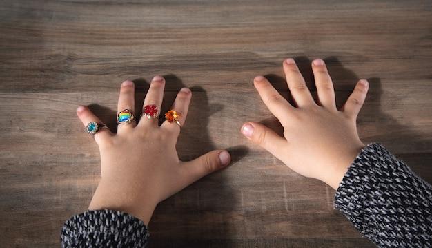 Różne pierścienie na rękach małej dziewczynki.