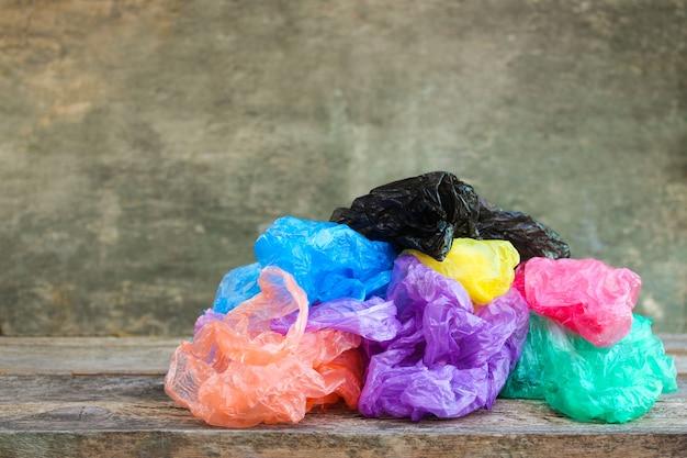 Różne plastikowe torby na drewnie