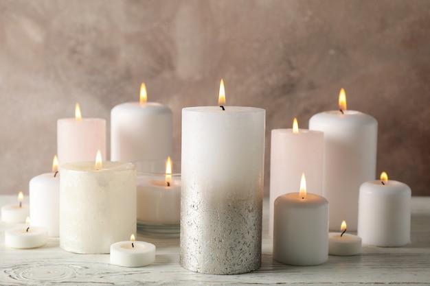 Różne płonące świeczki przeciw brązowi, zamykają up
