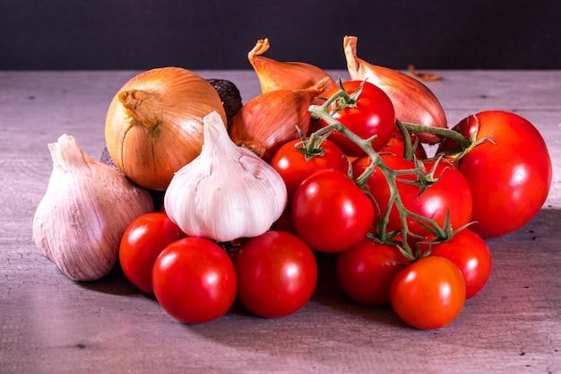 Różne pomidory i cebula czosnkowa na plakat do dekoracji kuchni