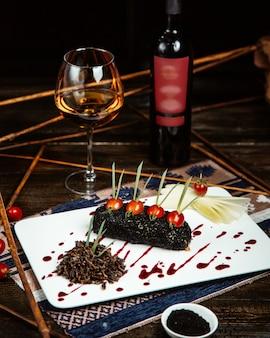 Różne potrawy z butelką czerwonego wina