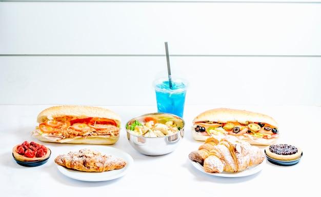 Różne potrawy z niebieskim sokiem