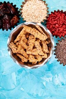 Różne pożywienie w małej misce w pobliżu muesli