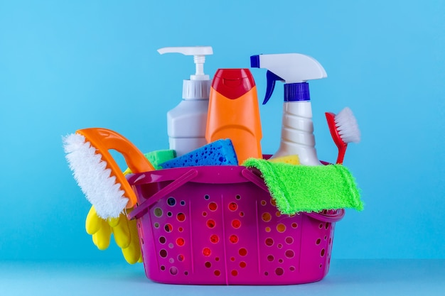 Różne produkty do czyszczenia domu w koszu