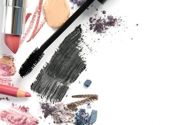 Różne produkty do makijażu na białym tle