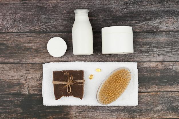 Różne produkty do pielęgnacji ciała i spa na niebieskim tle. skład spa, widok z góry. białe puste tubki kosmetyczne z miejsca na kopię