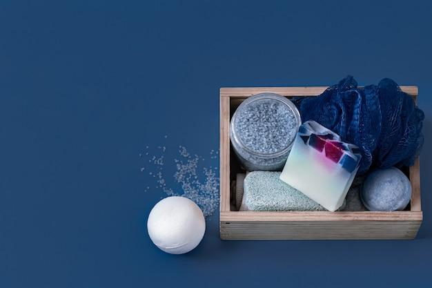 Różne produkty do pielęgnacji ciała na niebieskiej powierzchni